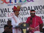 Presiden Joko Widodo mengenakan pakaian adat Sumba